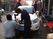 丰田RAV4改装碳纤维车顶贴膜作业